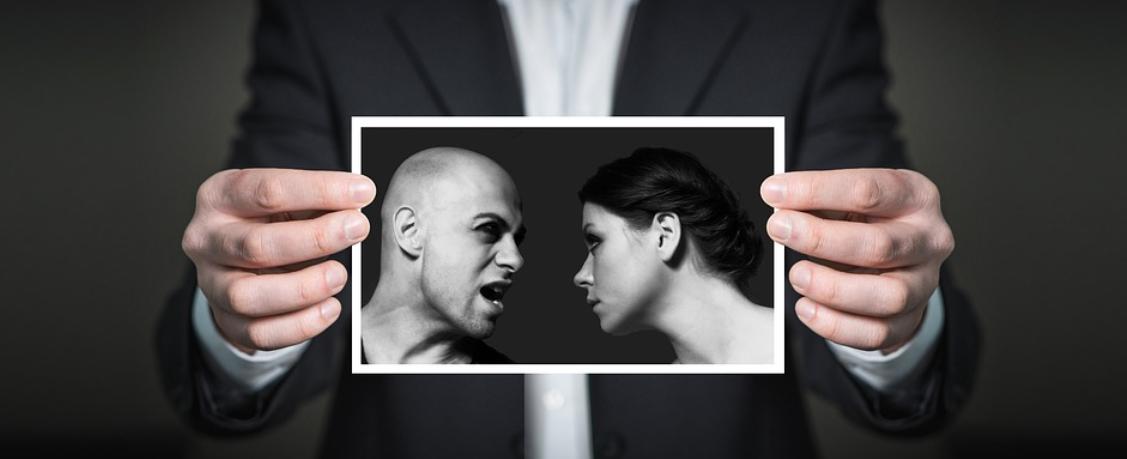 hádající se muž a žena